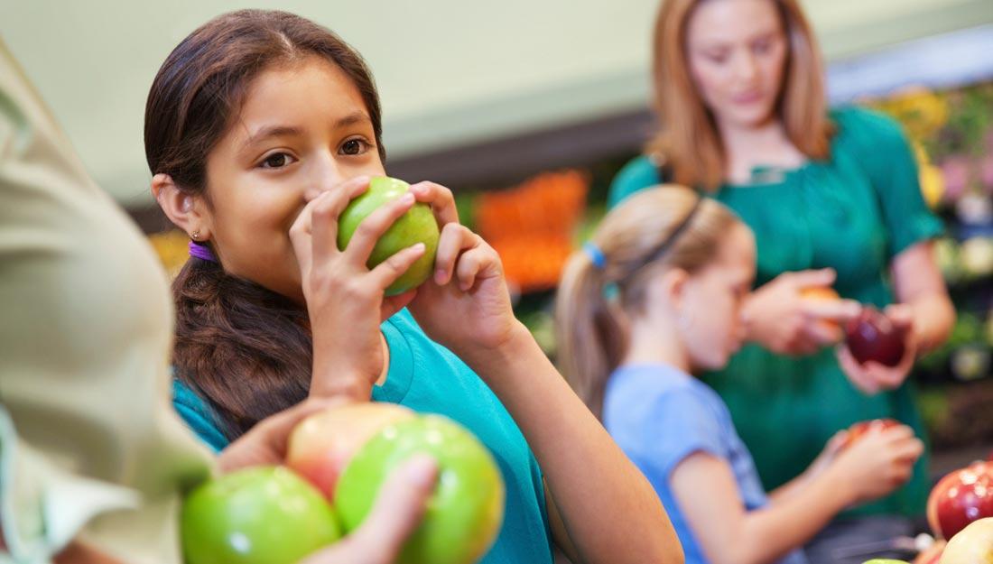 Kids eating apples